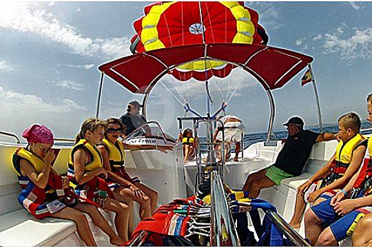 gruppe im boot beim parasailing mallorca