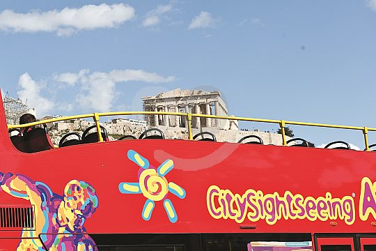 roter Doppeldecker Sightseeing Bus vor Akropolis