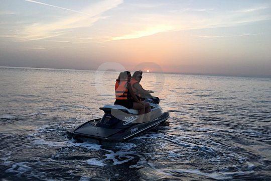 Jetski fahren zum Sonnenuntergang