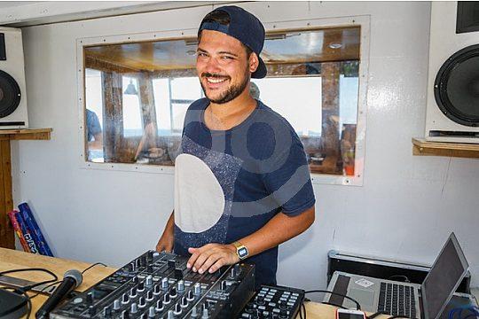 DJ auf dem Partyboot in Ibiza