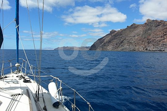 Schwimmen im Meer vom Segelboot auf Lanzarote