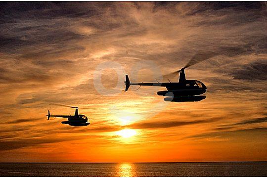 hubschrauber rundflug zwei helikopter bei sonnenuntergang