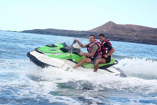 Zwei Personen auf einem Jet Ski in Teneriffa
