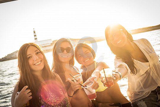 Katamaran Tour mit Freunden zum Sonnenuntergang