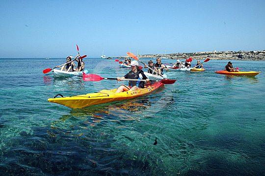 Kayak fahren in der Gruppe auf Formentera