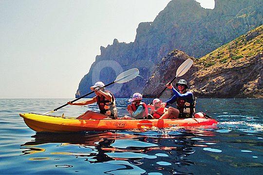 Familie im Doppel-Kayak
