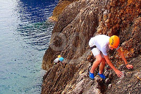 über Felsen klettern beim Klippenspringen auf Mallorca