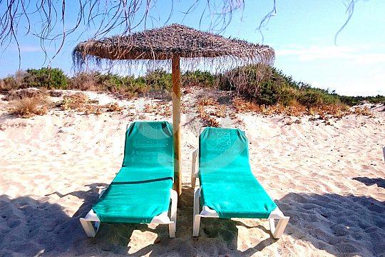 Liegestühle am Playa Es Trenc in Mallorca