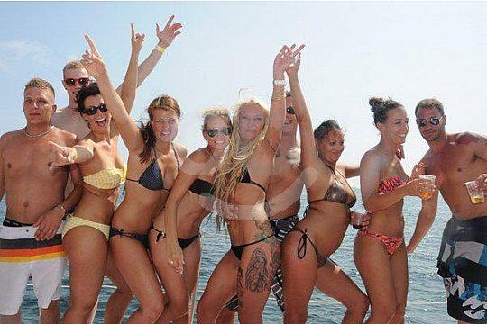Freunde beim Feiern auf Mallorca
