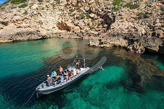 per Bootstour in eine ruhige Bucht