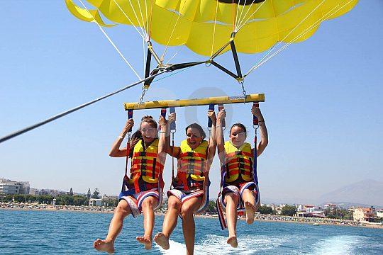 Griechenland Parasailing Gruppe auf Kreta