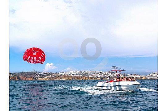 Mit dem Schirm hinter dem Boot an der Algarve