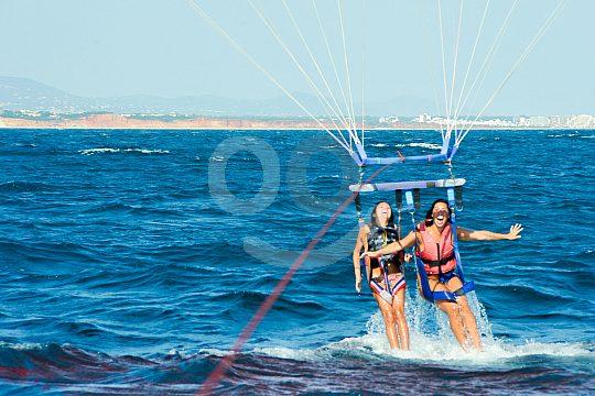 Ins Wasser eintauchen nach Gleitschirmflug