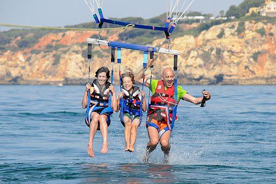 Jubeln und Freuen beim Parasailing Algarve