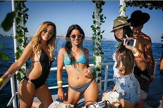 Mädchen auf der Ibiza Bootsparty