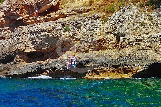 Gruppe beim Klippenspringen auf Mallorca