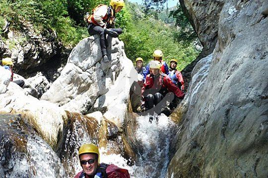 klettern beim rivertrekking in der toskana bei cocciglia