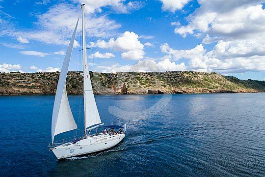 Segel unter Wind auf dem Mittelmeer