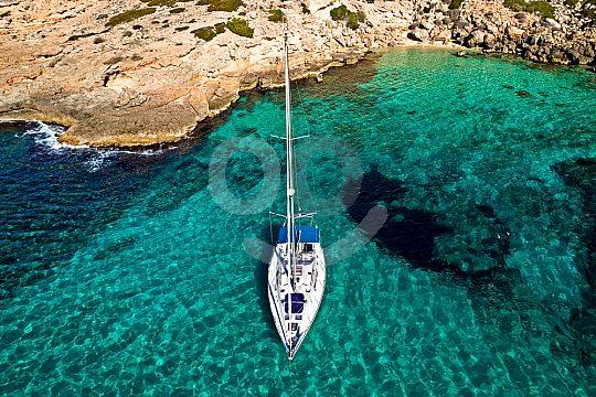 Glasklares Wasser in den Buchten der Insel
