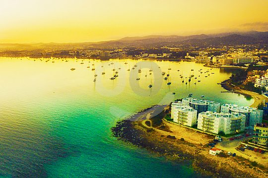 Ibizaküste mit Fähre entdecken