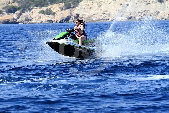 Sprung mit dem Jetski über die Wellen
