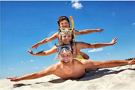 schwimmen lernen mallorca familie am strand