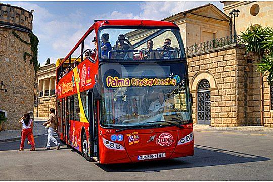sightseeing bustour palma de mallorca bus an haltestelle