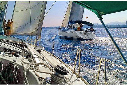 zwei segelboote beim segeln