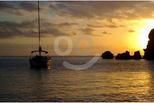 romantischer sonnenuntergang mit boot