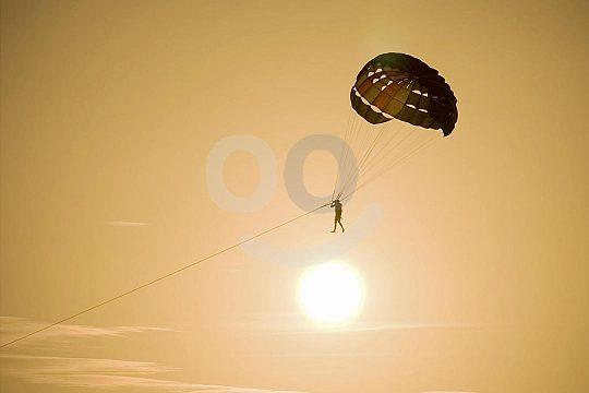 Parasailing bei Sonnenuntergang auf Mallorca