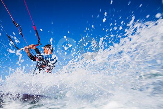 Gischt beim Kitesurfen in Corralejo