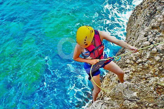 Klettern an Mallorcas Küste beim Klippenspringen