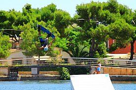 Spaß auf dem Wakeboard (cable system) in Alcudia, im Norden von Mallorca