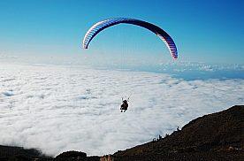 Paragliding vom Berg im Nationalpark Teide auf Teneriffa