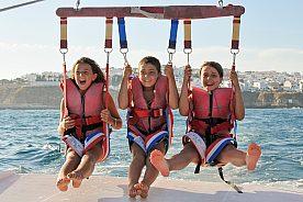 Riesen Spaß beim Parasailing an der Algarve