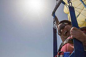 Auf Lanzarote Parasailing über dem Meer