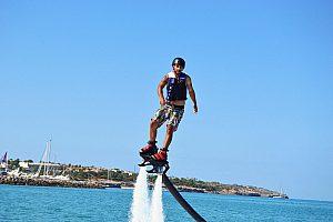 Erste Versuche auf dem Flyboard in Arenal