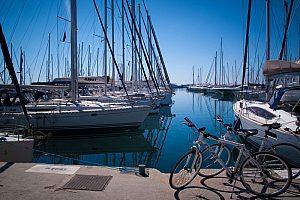 Boote im Hafen an Athens Riviera