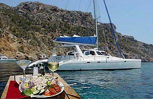 Exklusives Dinner an Bord eines Luxus-Katamarans