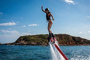 Im Norden von Mallorca in Alcudia Flyboard fliegen