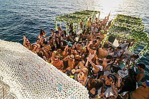 im Süden von Ibiza auf dem Partyboot feiern