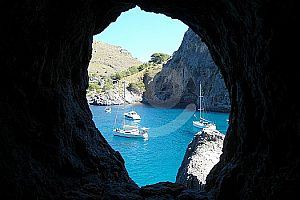Blick durch Tunnelhöhle auf das Meer von Mallorca