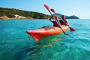 in der Chia Bucht Seekajak fahren