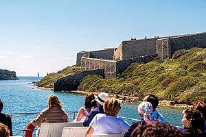 Wunderschöne Hafenrundfahrt in Mahón mit dem Glasbodenboot auf Menorca