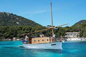 Bootstour auf Mallorca – nahe Alcudia mit tradioneller Llaut entlang der Küste