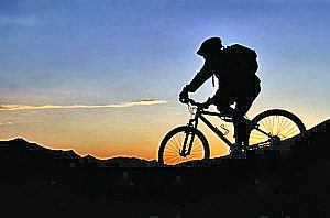 mountainbiker im gebirge bei sunset