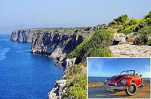 Oldtimer Modell VW Beetle Cabriolet mit Küste im Hintergrund auf Mallorca