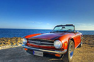 Oldtimer Triumph TR6 mit Meer Kulisse auf Mallorca