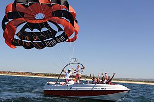 an der Algarve mit dem Fallschirm übers Meer