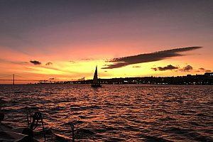Romantischer Sonnenuntergang im Segelboot: Fahrt auf dem Tejo in Lissabon